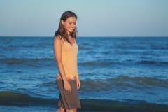 Muchacha romántica joven en la playa en la puesta del sol Foto de archivo libre de regalías