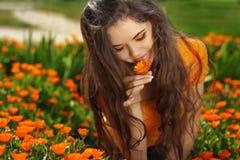 Muchacha romántica morena de la belleza al aire libre. Modelo adolescente hermoso Imágenes de archivo libres de regalías
