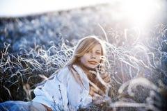 Muchacha romántica que miente en hierba Imagen de archivo