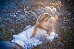 Muchacha romántica que miente en hierba Fotografía de archivo libre de regalías