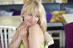 Muchacha romántica que se reclina en café Imagenes de archivo