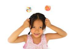 Muchacha rota asiática de los dientes y lollypop grande Foto de archivo libre de regalías