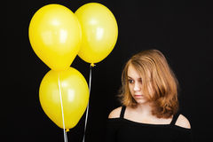 Muchacha rubia adolescente con los globos amarillos Imagen de archivo libre de regalías