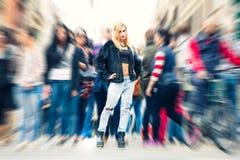 Muchacha rubia adolescente en la ciudad de la muchedumbre Vida de ciudad urbana de la calle Imagen de archivo libre de regalías