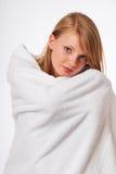 Muchacha rubia adolescente en una toalla de baño Fotografía de archivo libre de regalías
