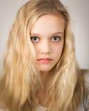 Muchacha rubia adolescente hermosa con el pelo largo Foto de archivo