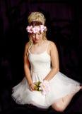 Muchacha rubia adolescente soñadora - vestido de fiesta - el sentarse foto de archivo
