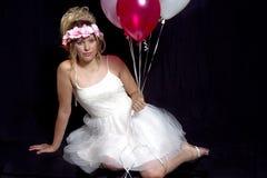 Muchacha rubia adolescente soñadora - vestido de fiesta - globos Foto de archivo libre de regalías