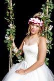 Muchacha rubia adolescente soñadora - vestido de fiesta - oscilación fotos de archivo