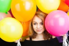 Muchacha rubia adolescente sonriente con los globos coloridos Fotografía de archivo