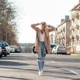 Muchacha rubia adorable que camina solamente en el camino en ciudad europea vieja Imagen de archivo libre de regalías