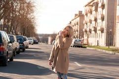 Muchacha rubia adorable que camina solamente en el camino en ciudad europea vieja Fotografía de archivo libre de regalías
