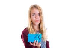 Muchacha rubia agradable con la caja de regalo Fotos de archivo libres de regalías