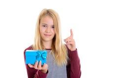 Muchacha rubia agradable con la caja de regalo azul imagenes de archivo