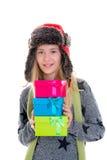Muchacha rubia agradable con las cajas de regalo, el casquillo y la cicatriz Fotos de archivo libres de regalías