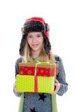 Muchacha rubia agradable con las cajas de regalo, el casquillo y la cicatriz Imagenes de archivo