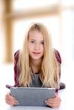 Muchacha rubia agradable con PC de la tableta fotos de archivo