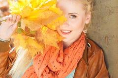 Muchacha rubia agradable en parque del otoño Foto de archivo libre de regalías