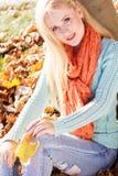 Muchacha rubia agradable en parque del otoño Imagenes de archivo