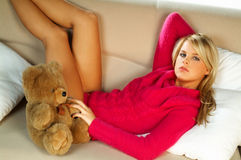 Muchacha rubia atractiva con el oso de peluche Foto de archivo libre de regalías