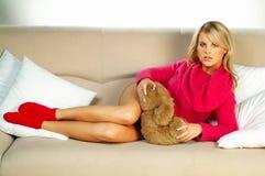 Muchacha rubia atractiva con el oso de peluche Foto de archivo