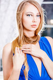 Muchacha rubia atractiva con el pelo largo y la manicura de oro Imagen de archivo libre de regalías