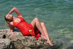 Muchacha rubia atractiva con la alineada mojada fotografía de archivo libre de regalías