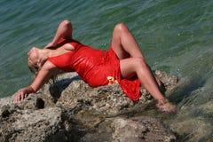 Muchacha rubia atractiva con la alineada mojada fotos de archivo