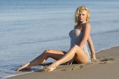 Muchacha rubia atractiva de la playa imagenes de archivo