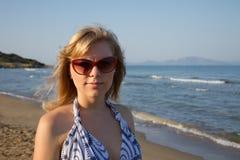 Muchacha rubia atractiva en alineada corta al aire libre Fotografía de archivo libre de regalías