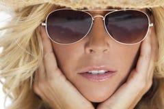 Muchacha rubia atractiva en gafas de sol del aviador y sombrero de vaquero Fotografía de archivo libre de regalías