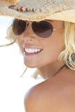Muchacha rubia atractiva en gafas de sol del aviador y sombrero de vaquero Fotos de archivo