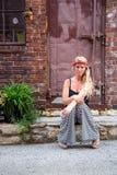 Muchacha rubia atractiva en la moda casual imágenes de archivo libres de regalías
