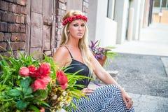 Muchacha rubia atractiva en la moda casual fotos de archivo