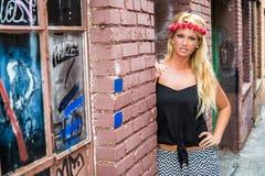 Muchacha rubia atractiva en la moda casual imagenes de archivo