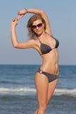 Muchacha rubia atractiva en la playa Foto de archivo libre de regalías