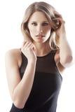Muchacha rubia atractiva en negro Fotografía de archivo libre de regalías