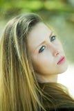 Muchacha rubia atractiva que mira hacia un lado imagen de archivo