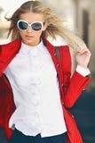 Muchacha rubia atractiva que presenta las gafas de sol que llevan al aire libre Imágenes de archivo libres de regalías