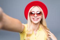 Muchacha rubia atractiva sonriente linda feliz hermosa de la mujer en ropa colorida del verano casual con los labios rojos aislad Fotografía de archivo libre de regalías