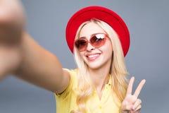Muchacha rubia atractiva sonriente linda feliz hermosa de la mujer en ropa colorida del verano casual con los labios rojos aislad Foto de archivo libre de regalías