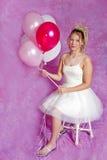 Muchacha rubia bastante adolescente - vestido de fiesta - balloons= foto de archivo libre de regalías