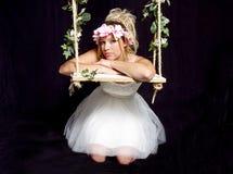 Muchacha rubia bastante adolescente - vestido de fiesta en el oscilación Fotografía de archivo libre de regalías