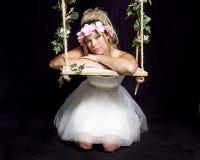Muchacha rubia bastante adolescente - vestido de fiesta en el oscilación imagen de archivo libre de regalías