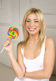 Muchacha rubia bastante joven con la sonrisa feliz del caramelo, concepto de la gente de la forma de vida Imagenes de archivo