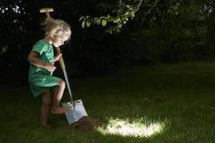 Muchacha rubia bastante pequeña del niño en el bosque con una cesta Foto de archivo libre de regalías