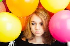 Muchacha rubia caucásica adolescente con los globos Imagenes de archivo
