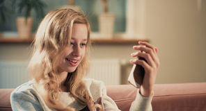 Muchacha rubia caucásica joven que toma la imagen del selfie Dentro pasatiempo Fotos de archivo libres de regalías