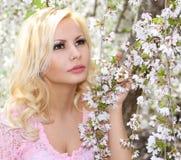 Muchacha rubia con Cherry Blossom. Retrato de la primavera. Youn hermoso Imagenes de archivo