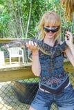 Muchacha rubia con el cocodrilo Foto de archivo libre de regalías